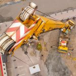 Kranbil lyfter terrakomp modul på plats under ett byggprojekt i Kils Kommun