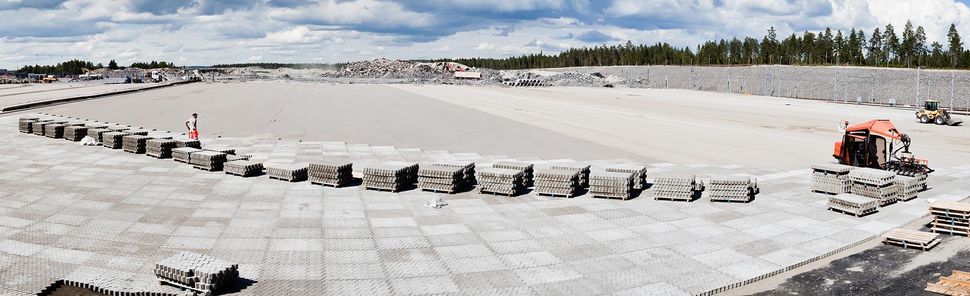 Översiktsbild från när Stenteknik maskinlägger marksten på bangården i Umeå