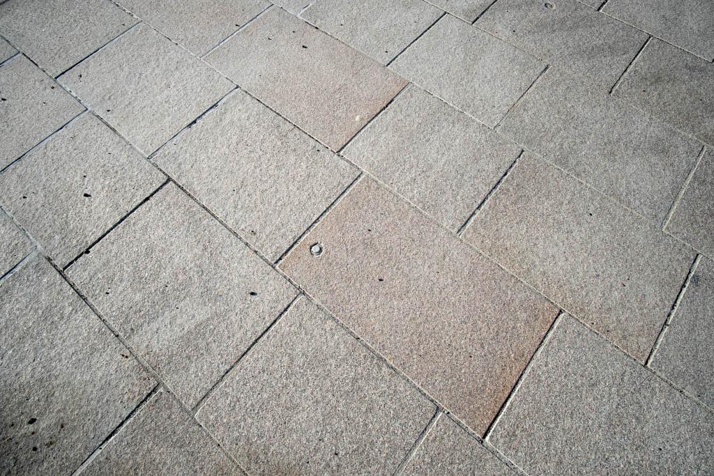 Granithällar som gjutits ihop til en modul i fabrik och satts ihop till en yta i Norrtälje som tål tung trafik.