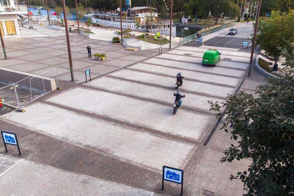 Hamnplan vid Roslagsgatan i Norrtälje, som byggts om till ett gångfartsområde. Ytan har byggts av fabrikstillverkade byggmoduler av granihällar och betong, och platslagda smågatsten