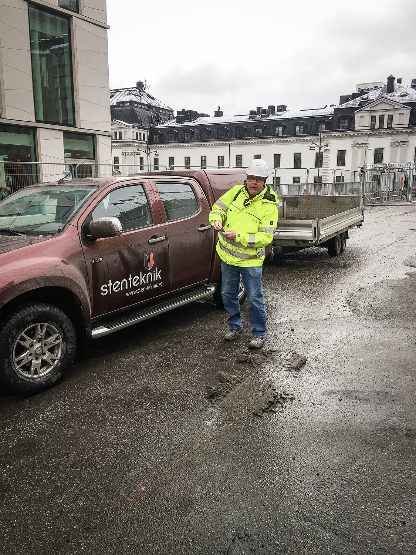 Bilden visar vår medarbetare Tomas Larsson vid Sergels Torg