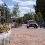 Röd marksten och gatsten på ett gångfartsområde i Karlskoga