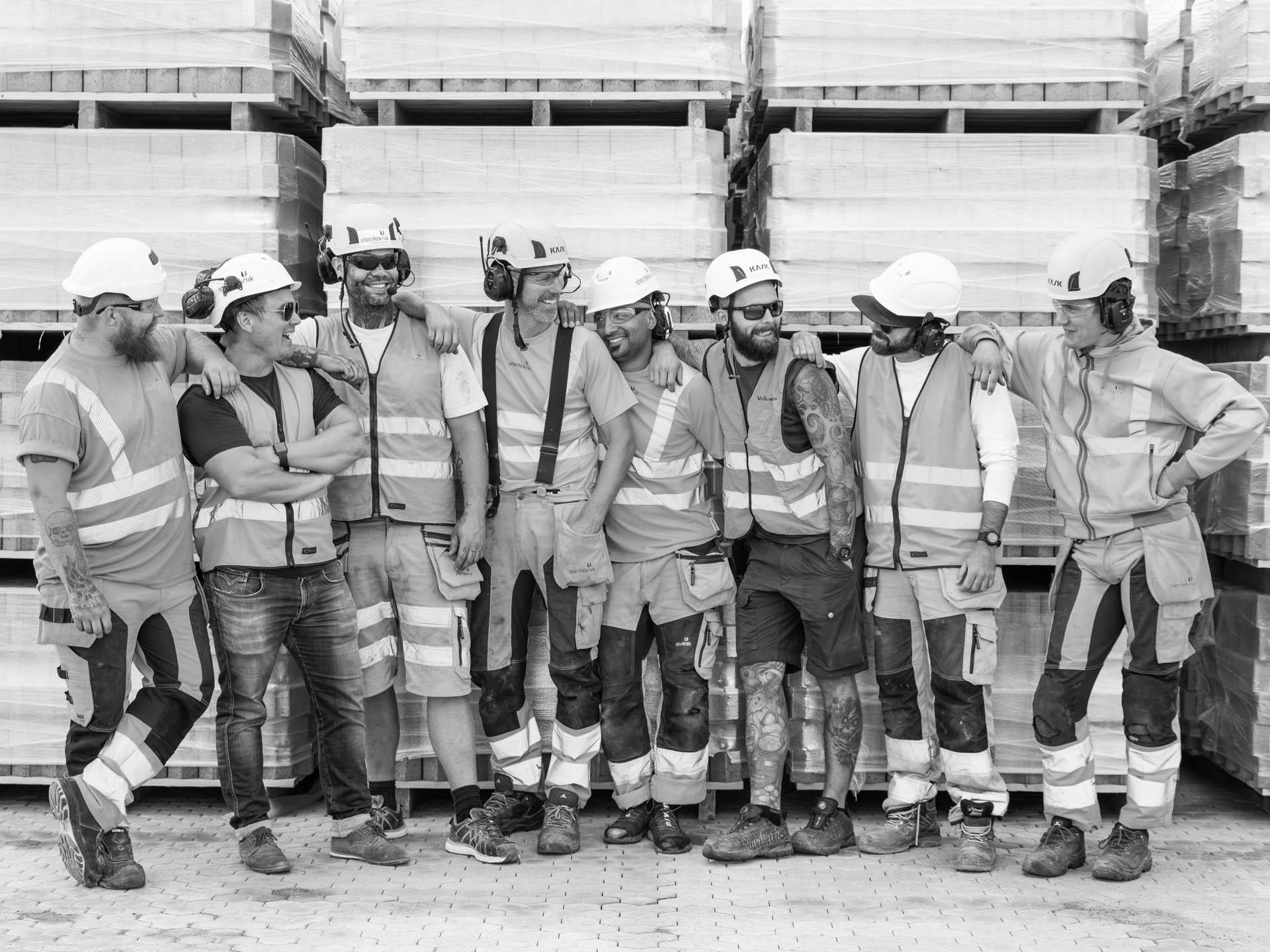 En del av gänget som tar svenskt rekord i stenläggning